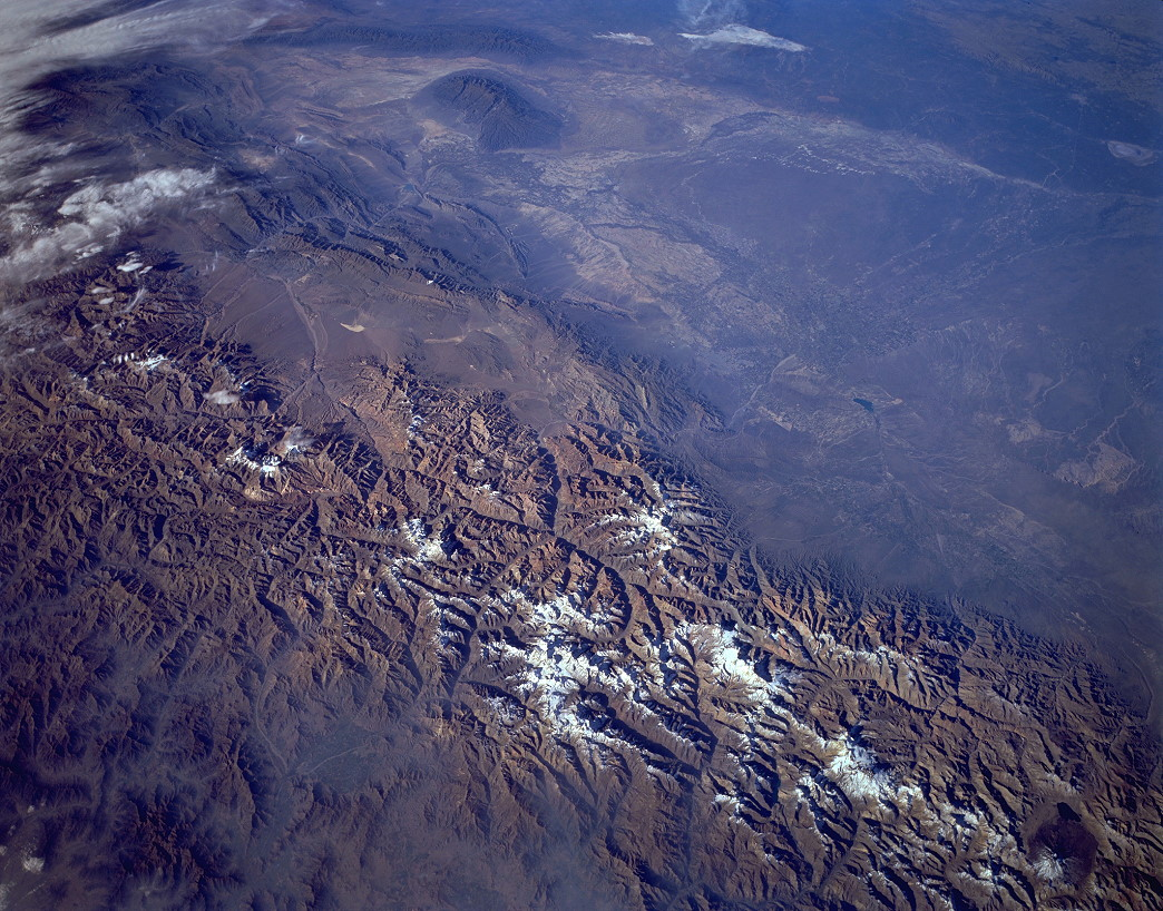 View northeast from Endeavour into the Andes, April 15, 1994 (STS059-L15-047)